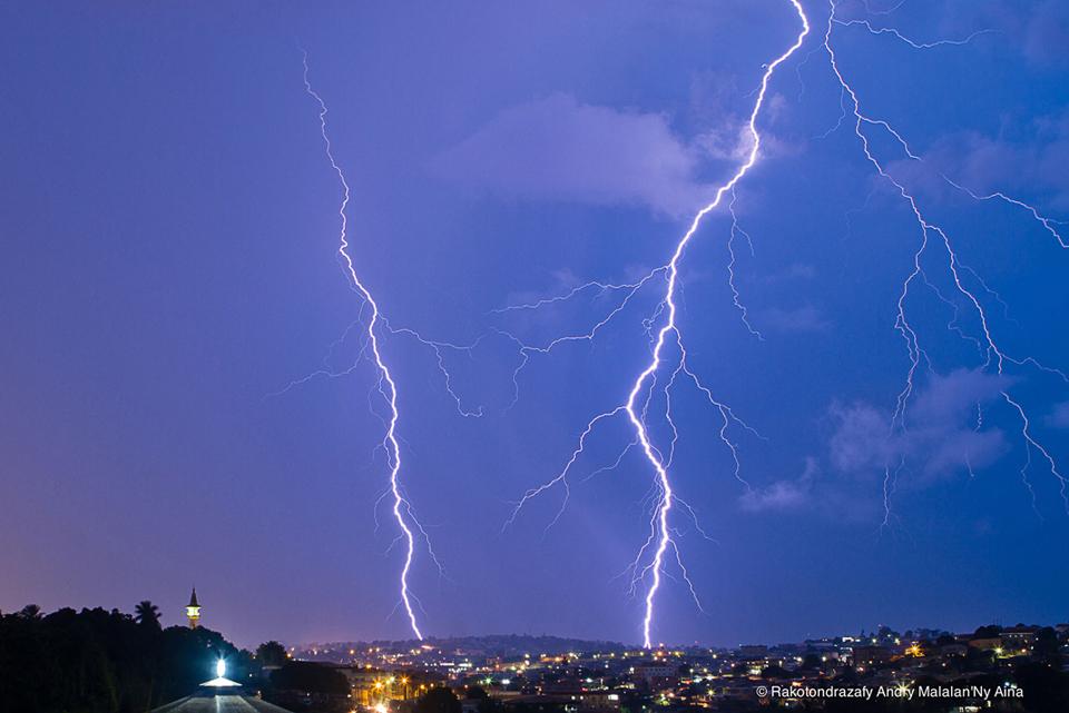 © Nicky Aina [Lightning in the dark in Yaoundé]